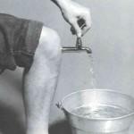 tirando agua do joelho