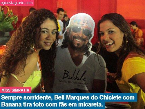 Sempre sorridente Bell Marques do Chiclete com Banana tira foto com fãs em micareta