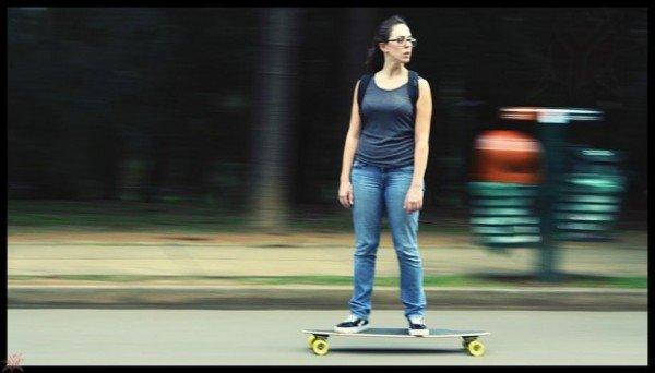 Mulher andando de skate