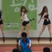 Nerds vendo mulheres dançando pela primeira vez