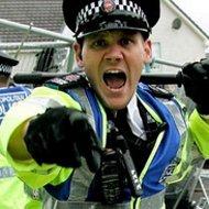 Um policial sozinho contra uma torcida