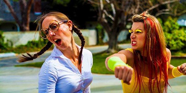 Duas galinhas (mulheres) brigando epicamente