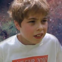 Menino de 9 anos falando sobre a vida e o universo