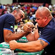 Quem vence, um profissional de queda de braço ou um fisiculturista moldado em academia?