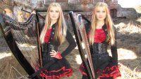 Lindas loiras gêmeas tocando harpa