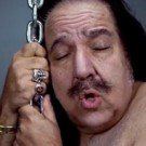 Ron Jeremy interpretando Wrecking Ball de Miley Cirus