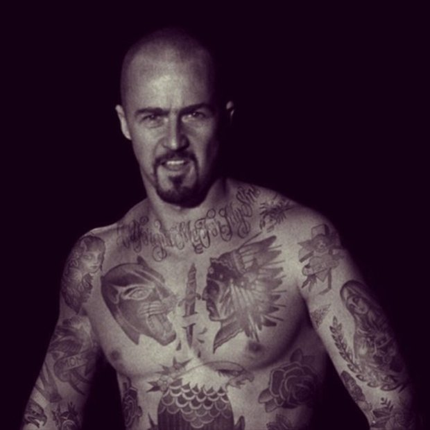Celebridades com o corpo fechado de tatuagens (34)