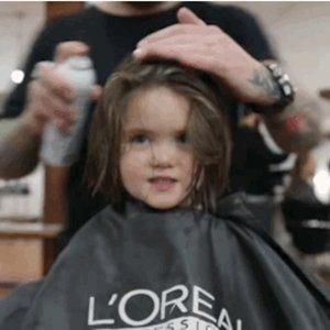 Menina de 3 anos doa cabelo para crianças portadoras de câncer