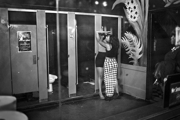 Os misterios de um banheiro feminino (19)