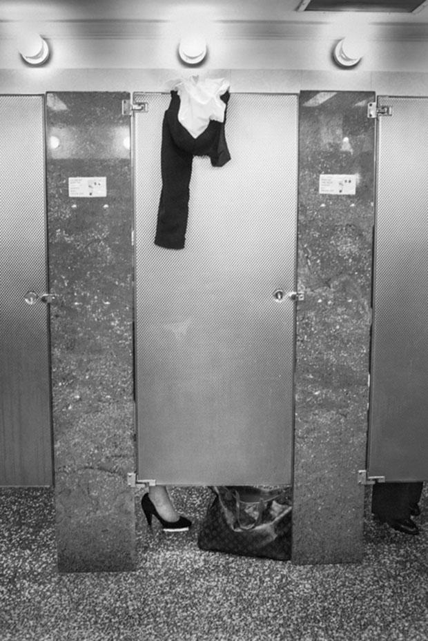 Os misterios de um banheiro feminino (21)