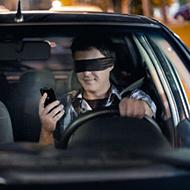 Ler ou digitar textos no celular enquanto dirige ainda vai matar você