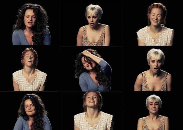 Uma banda de mulheres que cantam gozando 1