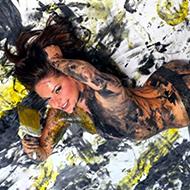 Artista usa mulheres nuas para pintar quadros