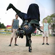 Um samurai nas ruas brasileiras mandando muito bem com a bola