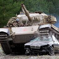 Tanque atropela soldado russo que levanta de boa