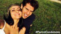 Por trás de uma selfie de casal