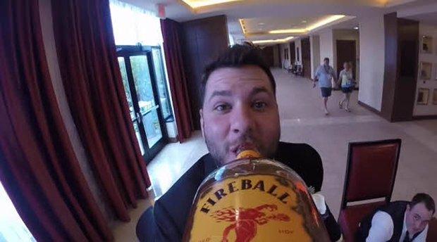 Vai um gole de whisky ai