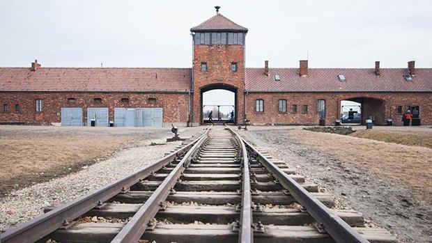 Sobrevoando Auschwitz com um Drone