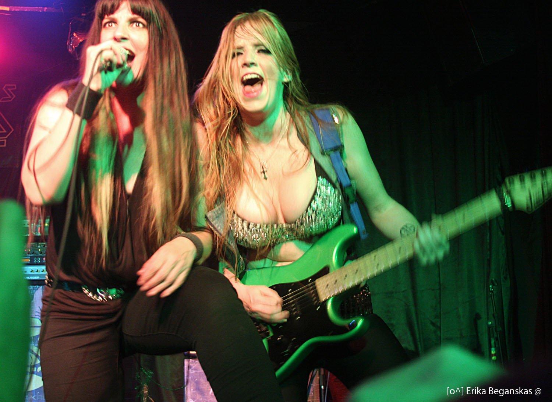 Peitos, Guitarras e Iron Maiden