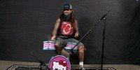 Mike Portnoy tocando em uma bateria da Hello Kitty