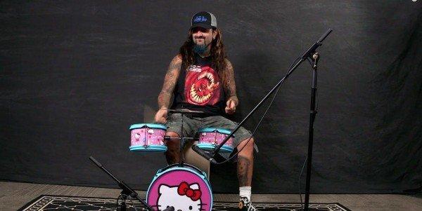 Mike Portnoy tocando em uma bateria da Hello Kitty 3