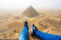 Escalando uma pirâmide do egito de 146 metros