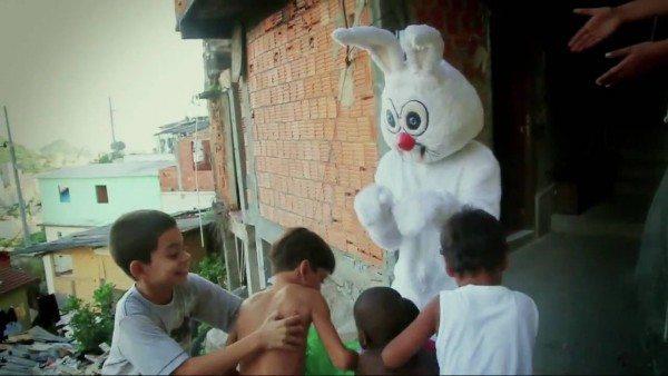Coelhinho da Pascoa nas favelas do Rio de Janeiro