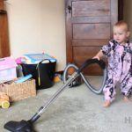 Como ensinar um bebe a limpar a casa