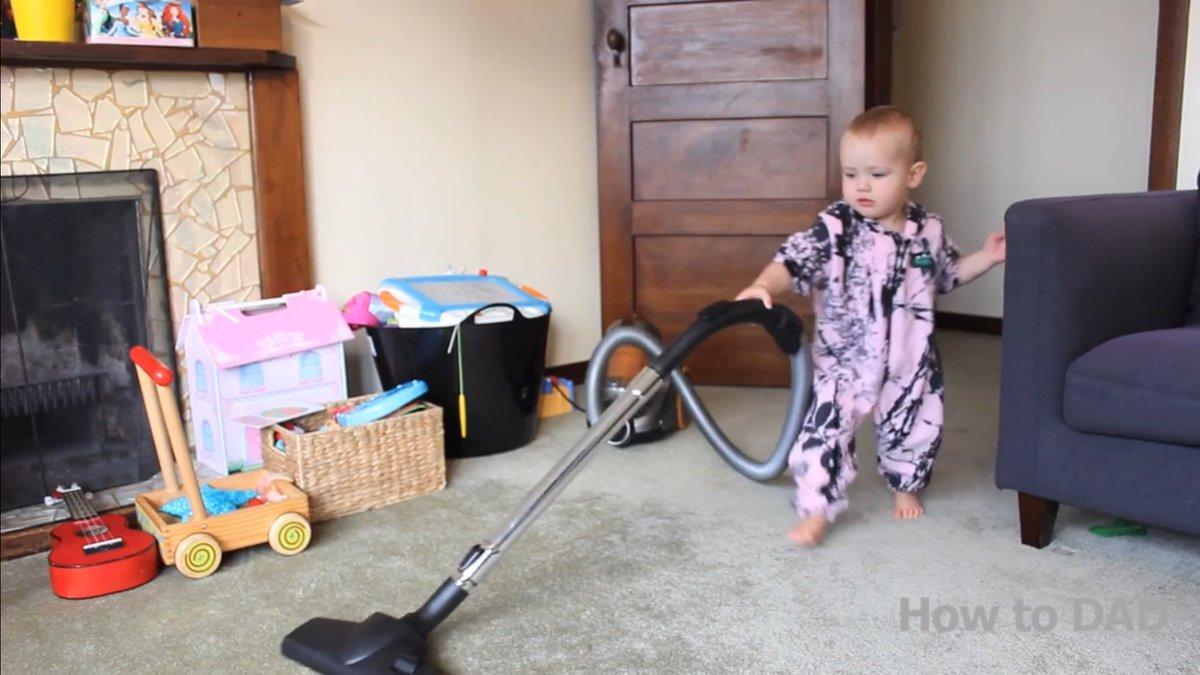 Como ensinar um bebê a limpar a casa