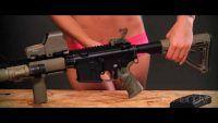 Como limpar um Rifle AR-15 (com uma gostosa ensinando!)