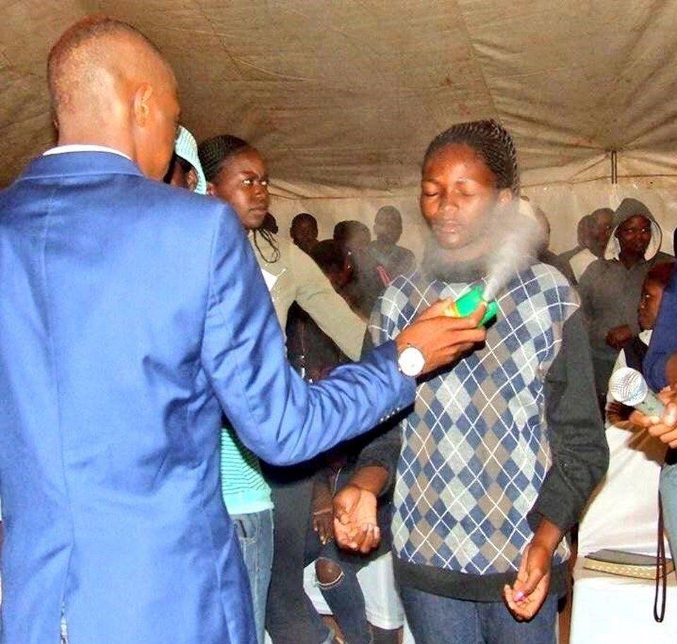 pastor-da-africa-do-sul-promete-curar-doencas-usando-inseticida-ungido-nos-fieis-1