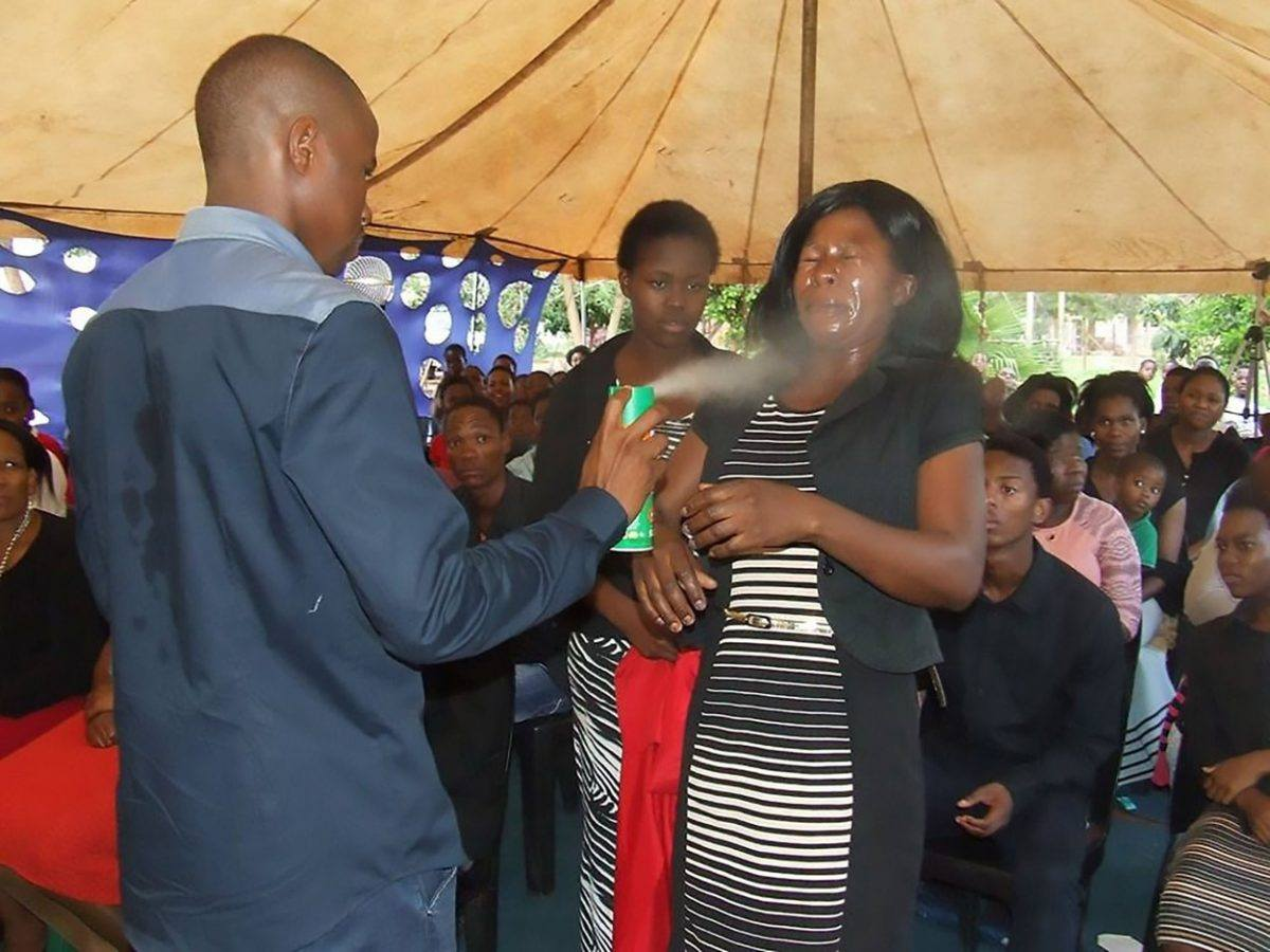 Pastor da africa do Sul promete curar doencas usando inseticida ungido nos fieis 2