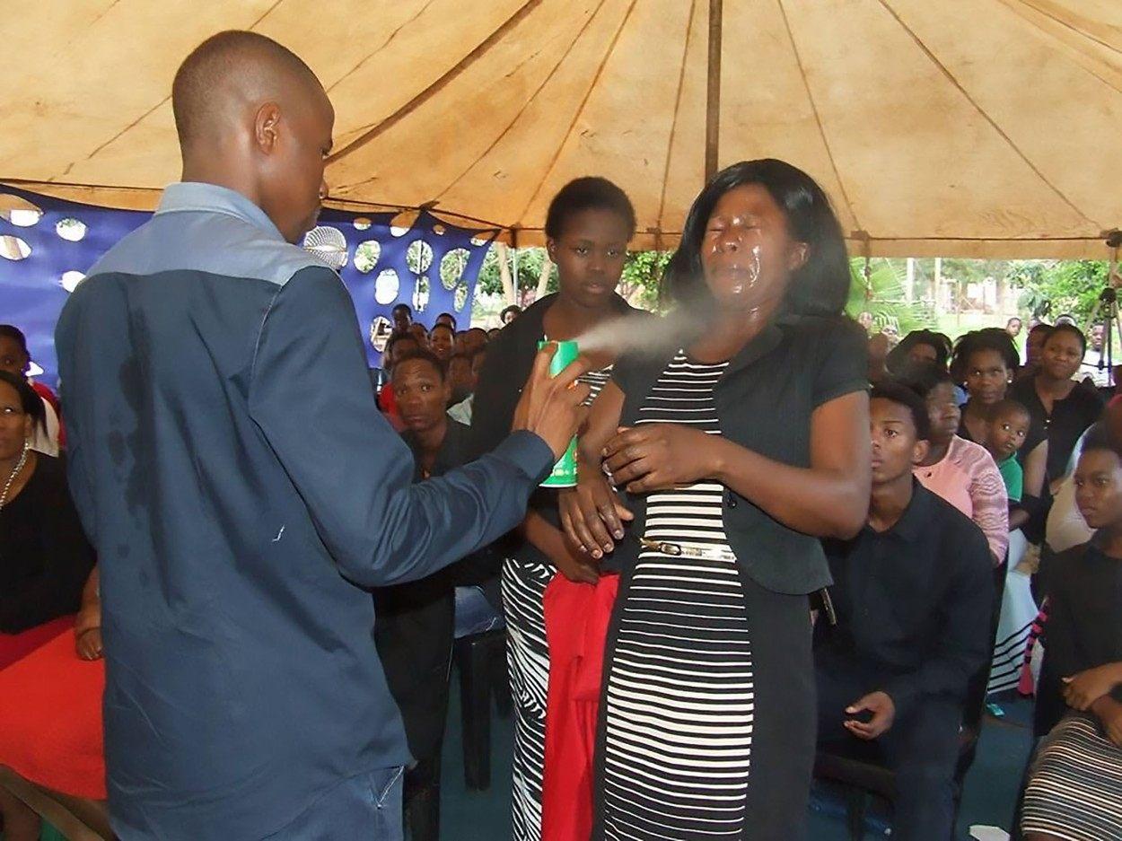 Pastor da África do Sul promete curar doenças usando inseticida ungido nos fiéis