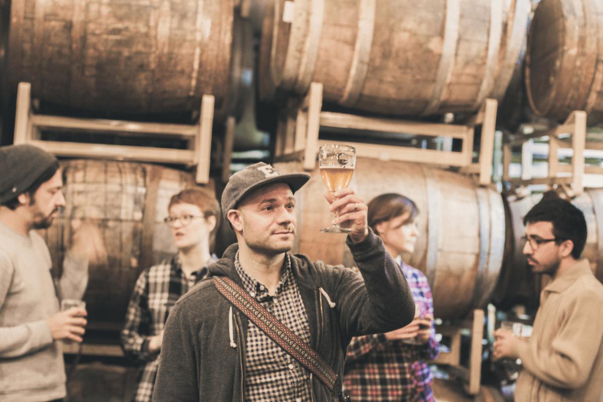 Empresa oferece estagio para pessoa viajar o mundo experimentando cervejas