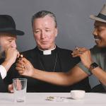O que acontece quando um Rabino um Padre e um Ateu fumam maconha juntos 2