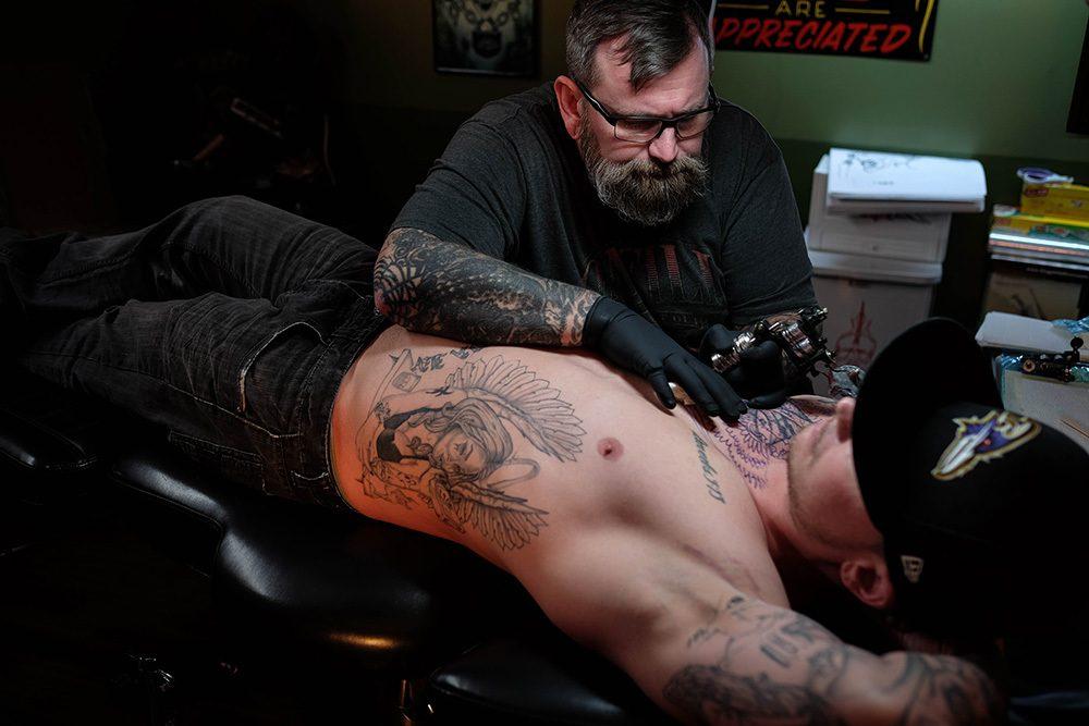 Tatuador faz campanha para cobrir tatuagens nazistas racistas e de gangues de graca