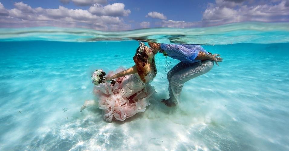 Noivos decidem se casar dentro dagua no mar do Caribe 2