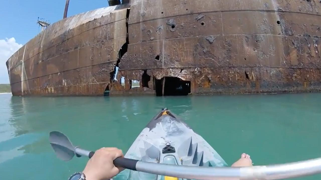 Passeando de caiaque por dentro de um navio abandonado