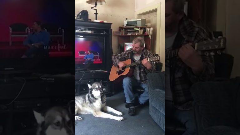 O cachorro que ama cantar junto com o seu dono