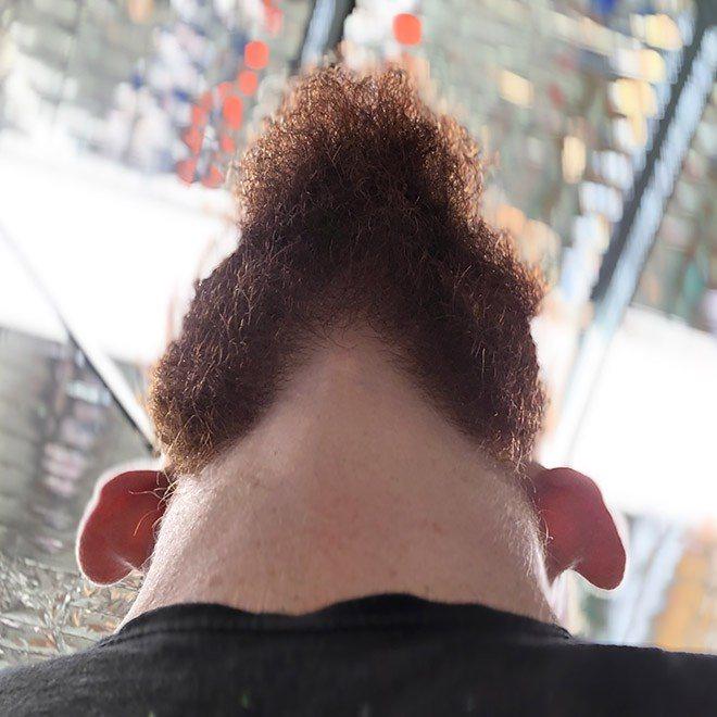 Homens barbudos olhando pra cima 13