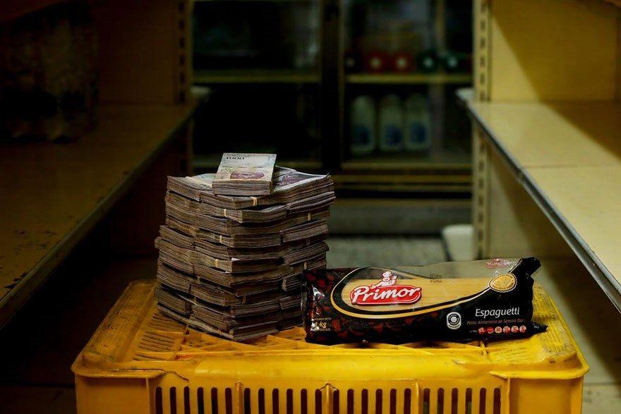 A quantia de dinheiro que voce precisa para comprar itens basicos na Venezuela 1