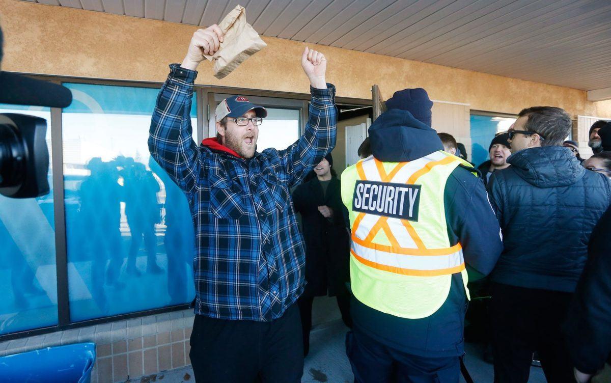 Matthew Dahl comemora depois de ser o primeiro cliente a comprar maconha em loja em Winnipeg Manitoba no primeiro dia de liberação da substância para uso recreativo no Canadá na quarta feira 17