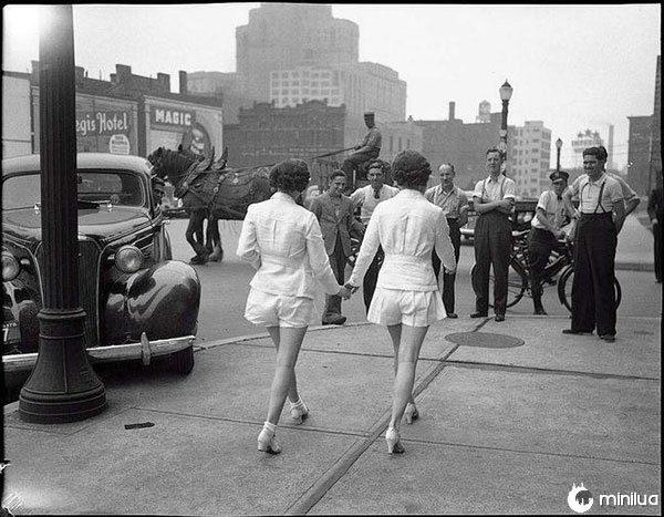 Duas mulheres mostrando as pernas