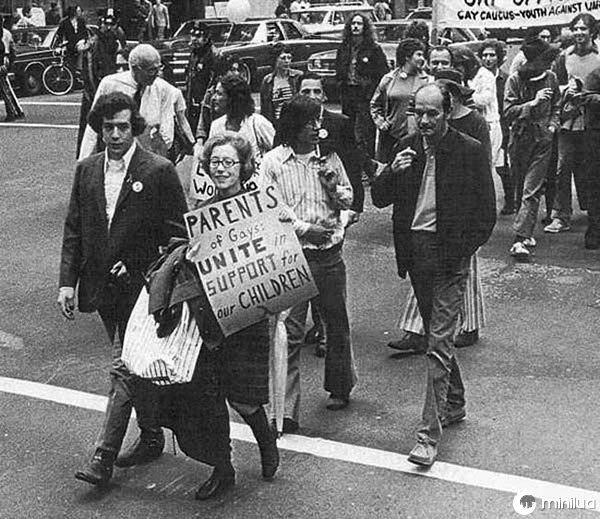 Jeanne Manford marcha com seu filho gay durante uma Parada do Orgulho 1972