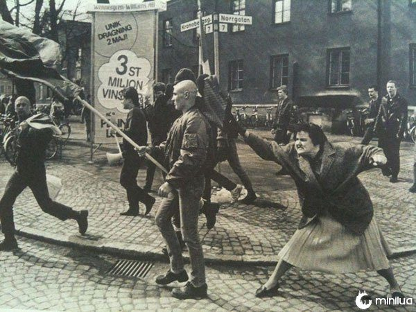 Mulher acertando manifestante neo nazista