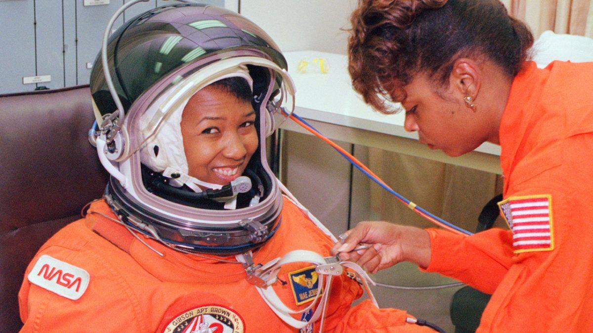 Mae Jemison 1956 médica engenheira e astronauta que foi a primeira mulher negra a viajar ao Espaço.