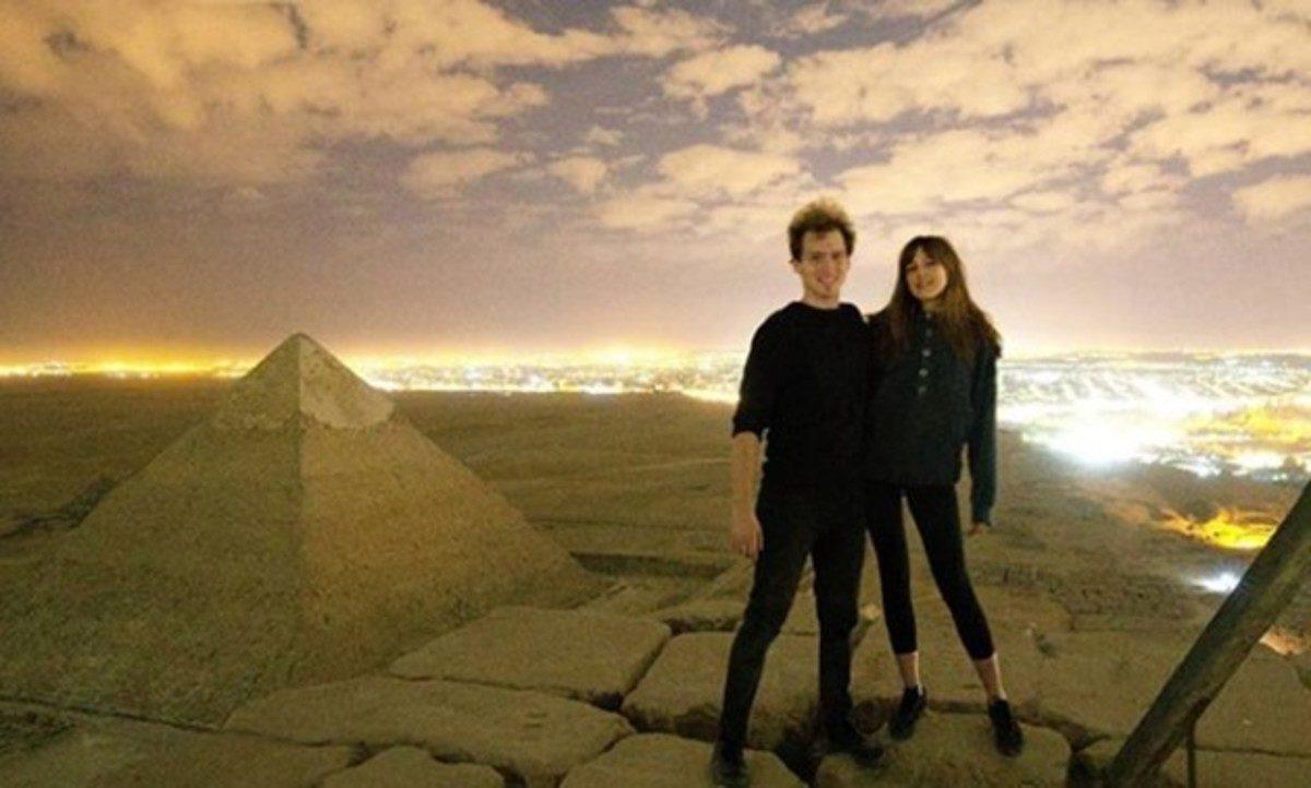 sexo no topo de uma piramide egipcia