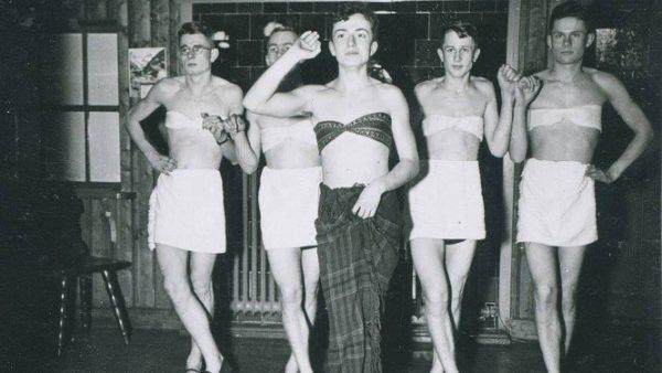 Soldados nazistas fazem performance de dança usando vestidos