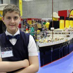 Garoto com autismo constrói réplica do Titanic feita com 56 mil peças de Lego