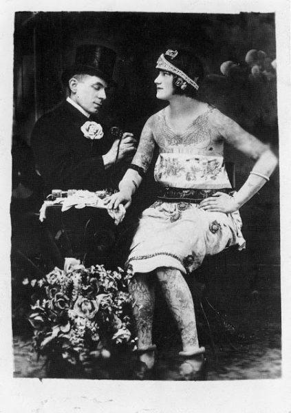CHARLES WAGNER TATUANDO CORPO DE UMA CLIENTE CERCA DE 1920